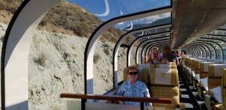 Viaggio attraverso il Canada in treno per i punti di vista sbalorditivi del canadese Rocky Mountains fotografia stock
