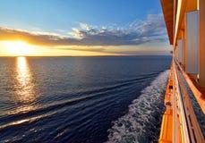 Viaggio attraverso l'oceano al tramonto Immagine Stock