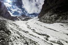 Viaggio attraverso le montagne di Altai a Aktru Facendo un'escursione ai picchi nevosi delle montagne di Altai Sopravvivenza nell Fotografia Stock Libera da Diritti