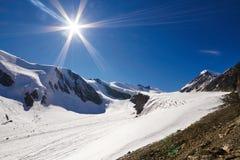 Viaggio attraverso le montagne di Altai a Aktru Facendo un'escursione ai picchi nevosi delle montagne di Altai Sopravvivenza nell Immagini Stock Libere da Diritti