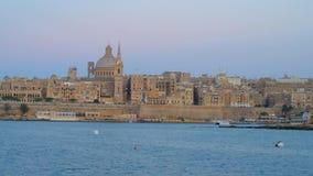 Viaggio blu dell'yacht di ora lungo il porto nordico di La Valletta, Malta stock footage