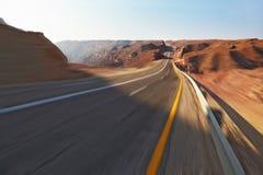 Viaggio che guida sull'alta velocità in deserto di pietra Fotografia Stock