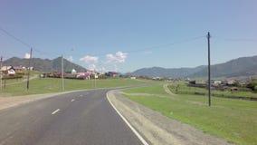 Viaggio Chuysky Trakt vicino al piccolo villaggio stock footage