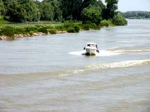 Viaggio con la nave sul canale nel delta di Danubio, Tulcea, Romania di Sulina Immagini Stock
