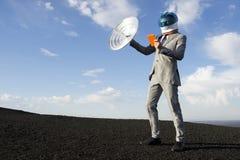 Viaggio d'affari del futuro con la comunicazione satellite della compressa Fotografie Stock Libere da Diritti