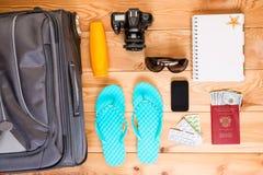 Viaggio degli oggetti su un pavimento di legno Fotografia Stock Libera da Diritti