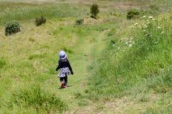 Viaggio del bambino nella natura Immagini Stock
