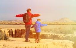 Viaggio del figlio e del padre in montagne sceniche Fotografia Stock