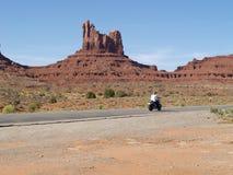 Viaggio del motociclista nel deserto Immagini Stock Libere da Diritti