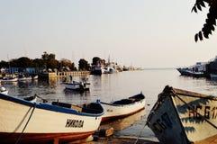 Viaggio dell'acqua della costa della spiaggia della spiaggia della banchina del pilastro di tramonto del mare delle barche Immagini Stock Libere da Diritti