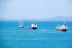 Viaggio dell'yacht di crociera sul mare dall'alta vista Fotografia Stock