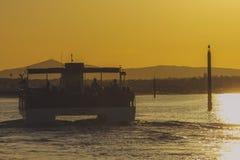 Viaggio della barca al tramonto immagini stock libere da diritti
