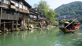 Viaggio della barca in città antica di Feng Huang Phoenix, Cina fotografie stock libere da diritti