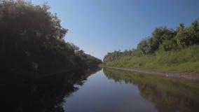 Viaggio della barca con il taiga stock footage