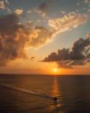 Viaggio della barca di tramonto Fotografia Stock
