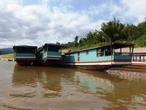 Viaggio della barca giù il fiume nel Laos con le barche del Mekong Immagine Stock Libera da Diritti