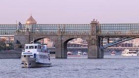 Viaggio della barca nel centro urbano archivi video