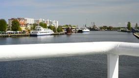Viaggio della barca nel porto marittimo del› cie di ÅšwinoujÅ archivi video