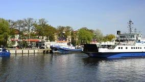 Viaggio della barca nel porto marittimo del› cie, Polonia di ÅšwinoujÅ stock footage