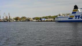 Viaggio della barca nel porto marittimo di Swinoujscie, Polonia archivi video