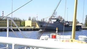 Viaggio della barca nel porto marittimo di Swinoujscie, Polonia video d archivio