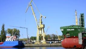Viaggio della barca nel porto marittimo di Swinoujscie, Polonia stock footage