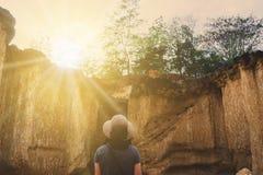 Viaggio della donna da disporre con il concetto di stupore di libertà della creazione della natura fotografia stock