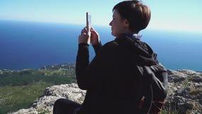 Viaggio della donna, facente foto di bei foresta e paesaggio verdi della natura delle montagne sullo Smart Phone archivi video