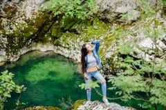 Viaggio della donna nel turista di eco del fiume della montagna Fotografie Stock Libere da Diritti