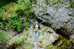 Viaggio della donna nel turista di eco del fiume della montagna Fotografia Stock Libera da Diritti