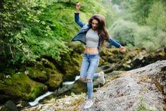 Viaggio della donna nel turista di eco del fiume della montagna Immagini Stock