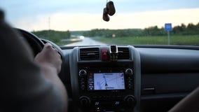 Viaggio della famiglia La famiglia va in macchina sulla strada principale Tempo di tramonto archivi video