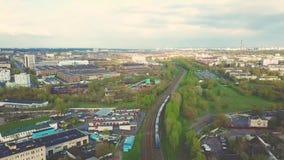 Viaggio della ferrovia Moriree del treno Grande vista aerea della molla della città stock footage