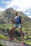Viaggio della giovane donna con lo zaino in montagna Fotografia Stock Libera da Diritti