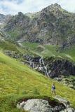 Viaggio della giovane donna con lo zaino in montagna Immagini Stock Libere da Diritti