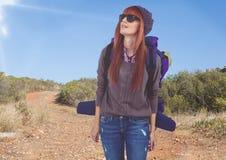 viaggio della montagna, alpinista della donna con i vetri di sole nella strada Immagine Stock