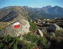 Viaggio della montagna - masso del granito segnato con rosso e bianco immagini stock libere da diritti