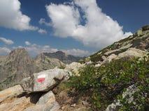 Viaggio della montagna segnato con rosso e bianco fotografia stock libera da diritti