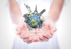 Viaggio della tenuta delle mani della donna intorno al mondo Fotografie Stock