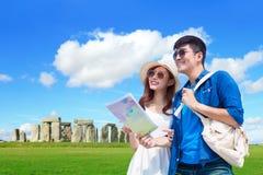 Viaggio delle coppie a stonehenge immagine stock