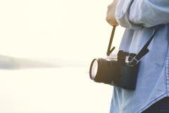 Viaggio delle donne dei pantaloni a vita bassa in natura Fotografia Stock Libera da Diritti