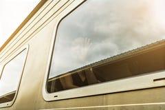 Viaggio delle donne dell'Asia in treno Concetto vago della foto fotografie stock