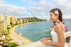 Viaggio delle Hawai - turista che esamina la spiaggia di Waikiki fotografia stock libera da diritti