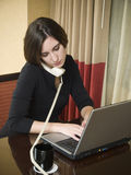 Viaggio di affari - phonecall della donna di affari del computer portatile Fotografia Stock