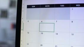 Viaggio di affari di pianificazione della persona, facente nota in calendario sul pc, del tempo gestione archivi video