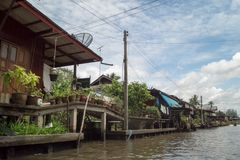Viaggio di andata e ritorno la Tailandia luglio 2017 - mercato di nuoto di viaggio della barca in diga Fotografia Stock