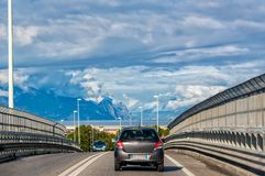 Viaggio di automobile nelle montagne fotografia stock libera da diritti
