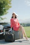Viaggio di belle donne, stile dell'automobile di anni '50 fotografie stock libere da diritti