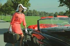 Viaggio di belle donne, stile dell'automobile di anni '50 fotografia stock