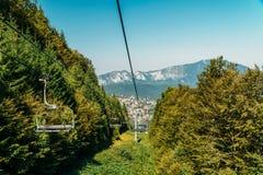 Viaggio di cabina di funivia di estate sopra le montagne carpatiche nella località di soggiorno di Busteni, Romania immagini stock